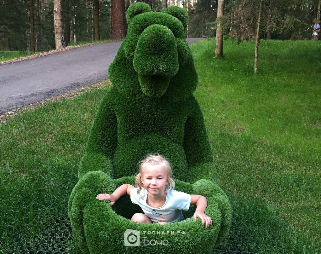 Топиарная фигура Медведь с корзиной